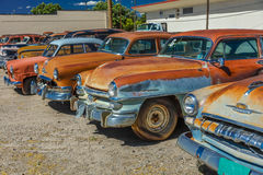 Juli 10, 2016 Montrose Colorado - antika Rusty Cars in mycket Arkivfoton