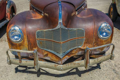 Juli 10, 2016 Montrose Colorado - antika Rusty Cars in mycket Royaltyfri Foto