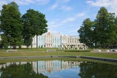 Juli morgon i Catherine Park av Tsarskoye Selo okhtinsky petersburg russia för bro saint Royaltyfri Fotografi