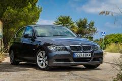 JULI 2018: Mousserande grafit för BMW 3 serie E90 330i på bergvägen fotografering för bildbyråer