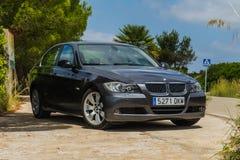 JULI 2018: Mousserande grafit för BMW 3 serie E90 330i på bergvägen arkivbilder