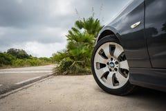 JULI 2018: Mousserande grafit för BMW 3 serie E90 330i på bergvägen royaltyfri bild