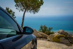 JULI 2018: Mousserande grafit för BMW 3 serie E90 330i på bergvägen royaltyfria bilder
