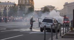 15 juli, 2015 Onafhankelijkheid Vierkante Kyiv: De brand dooft een uitbarsting van een auto dichtbij de vakbonden ' huis stock afbeelding