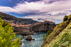 16 juli, 2016: Oude versterkte die stad van Dubrovnik van wordt gezien Royalty-vrije Stock Foto's