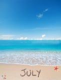 Juli på en tropisk strand under moln Royaltyfri Bild