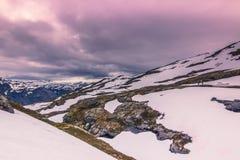 22 juli, 2015: Panorama van de wandelingsweg aan Trolltunga, Noorwegen Stock Fotografie