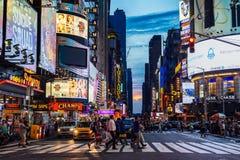 Juli 2016 personer korsar gataTimes Square under solen Royaltyfria Bilder