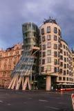 Juli 31 2016 Prague, Tjeckien: Danshusbyggnad i modern arkitektur för huvudstad Arkivfoto