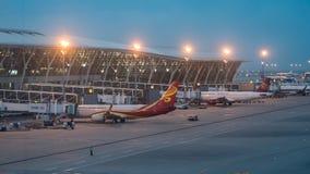 15 Juli, 2018 Pudongluchthaven, Shanghai, China Moderne die passagiersvliegtuigen aan de eindbouw poort worden geparkeerd bij stock foto