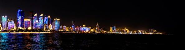 Juli 2018 - Qingdao, Kina - den nya lightshowen av Qingdao horisont som skapas för SCO toppmötet royaltyfri fotografi
