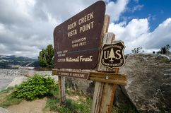 JULI 6 2018 - RÖD LOGE, MT: Rock Creek utsiktpunkt undertecknar i Custer National Forest i sommar arkivfoton