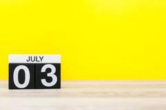Juli 3rd Bild av juli 3, kalender på gul bakgrund unga vuxen människa Med tomt utrymme för text Royaltyfria Foton