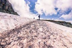 22. Juli 2015: Reisender auf dem Wanderweg zu Trolltunga, Norwa Stockbild