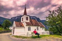 23. Juli 2015: Reisender an der Daubenkirche von Undredal, Norwegen Lizenzfreie Stockfotos