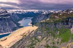 22. Juli 2015: Reisender am Rand von Trolltunga, Norwegen Lizenzfreie Stockbilder