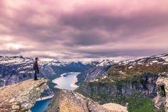 22. Juli 2015: Reisender am Rand von Trolltunga, Norwegen Lizenzfreies Stockfoto