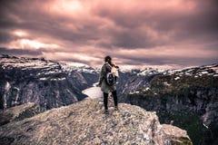 22. Juli 2015: Reisender am Rand von Trolltunga, Norwegen Lizenzfreies Stockbild