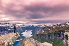22 juli, 2015: Reiziger bij de rand van Trolltunga, Noorwegen Royalty-vrije Stock Foto