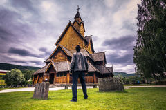 18 juli, 2015: Reiziger in Heddal Stave Church in Telemark, noch Stock Foto's