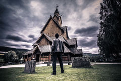 18 juli, 2015: Reiziger in Heddal Stave Church in Telemark, Noorwegen Royalty-vrije Stock Foto