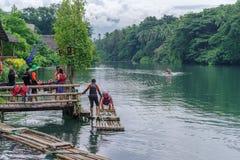 15,2017 juli rit op vlot bij de rivier in villaescudero, Laguna Stock Afbeelding