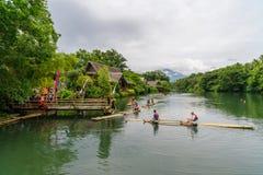 15,2017 juli rit op vlot bij de rivier in villaescudero, Laguna Royalty-vrije Stock Foto's