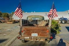 22. Juli 2016 - roter Dodge-Kleintransporter geparkt in Santa Paula, Kalifornien Lizenzfreie Stockfotografie