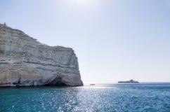 22 juli 2015 - Rotsachtige kustlijn in Milos-eiland, Cycladen, Griekenland Royalty-vrije Stock Afbeelding