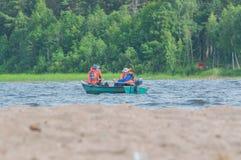15. Juli 2017 Russland, der Vuoksi-Fluss, Losevo - Bootsfischer Stockbilder