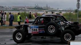 9 juli 2016, Ryssland, Kazan, SAMLAR Den SIDEN- VÄGEN 2016 - två SUVs är i början, konkurrens börjar stock video