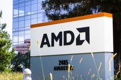 31 juli, 2018 Santa Clara/CA/de V.S. - AMD-embleem bij de ingang aan de bureaus in Silicon Valley, baai die de Zuid- van San Fran stock afbeelding