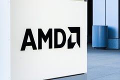 31 juli, 2018 Santa Clara/CA/de V.S. - AMD-embleem bij de ingang aan de bureaus in Silicon Valley, baai die de Zuid- van San Fran stock foto