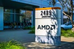 31 juli, 2018 Santa Clara/CA/de V.S. - AMD-embleem bij de ingang aan de bureaus in Silicon Valley, baai die de Zuid- van San Fran royalty-vrije stock afbeelding