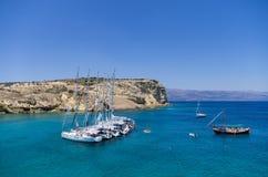 22. Juli 2014 - Segeljachten verankert in einem Golf in Ano Koufonisi-Insel, die Kykladen, Griechenland Stockfoto