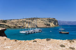 22. Juli 2014 - Segeljachten verankert in einem Golf in Ano Koufonisi-Insel, die Kykladen, Griechenland Lizenzfreie Stockfotos