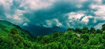 Juli 2018, Sikkim, India: Een panorama van himalayan bergketen van het punt van de hanumantokmening tijdens een bewolkte dag Dit  stock fotografie