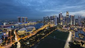 21. Juli 2018 - Singapur, Singapur: Singapur Marina Bay Aerial View während der blauen Stunde stockbilder