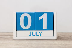 Juli 1st bild av juli 1, kalender på vit bakgrund field treen Tomt avstånd för text Arkivfoton