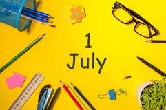 Juli 1st bild av juli 1, kalender på gul bakgrund med kontorstillförsel unga vuxen människa Royaltyfri Fotografi