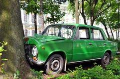 2. Juli 2015 - St Petersburg, Russland: Autounfallinstallation auf einer Stadtstra?e lizenzfreie stockfotos