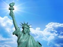 4 Juli staty med blå himmel Fotografering för Bildbyråer