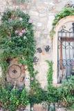 19 Juli 2017 stor fästninggata, Baku, Azerbajdzjan Garneringen av väggarna av de gamla husen i staden royaltyfri bild