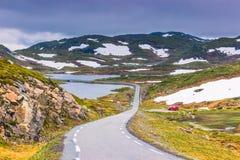 19. Juli 2015: Straße in der norwegischen Landschaft Stockfotografie
