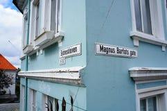 7 juli, 2014: Straatnamen in Bergen, Noorwegen op een blauw gebouw Stock Fotografie