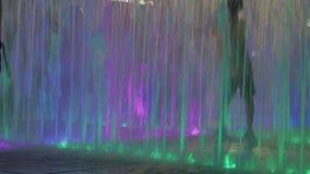 20 Juli, 2018 Suzhou stad, Kina Kinesiska barn som spelar i en upplyst vattenspringbrunn som är utomhus- på afton för sommar` s stock video