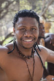 04 Juli - 2015, Sydafrika, Lesedi Stående av den afrikanska Bantu nationmannen Arkivbilder