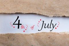 Juli 4th Bild av den juli 4 kalendern i sönderrivet kuvert field treen Tomt avstånd för text Självständighetsdagen av Amerika Arkivbild