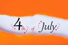 Juli 4th Bild av den juli 4 kalendern i sönderrivet orange kuvert field treen Tomt avstånd för text E Arkivbild