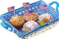 Juli 4th hemlagade muffin med kortkort-flaggor Arkivfoto